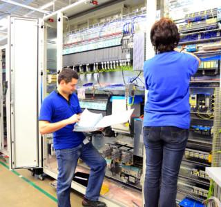 Montage von Schaltschrnken // Installation in HiTech factory